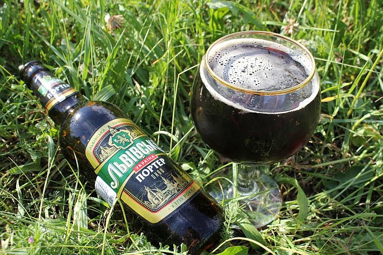 lwowskie-porter-szkło-trawa