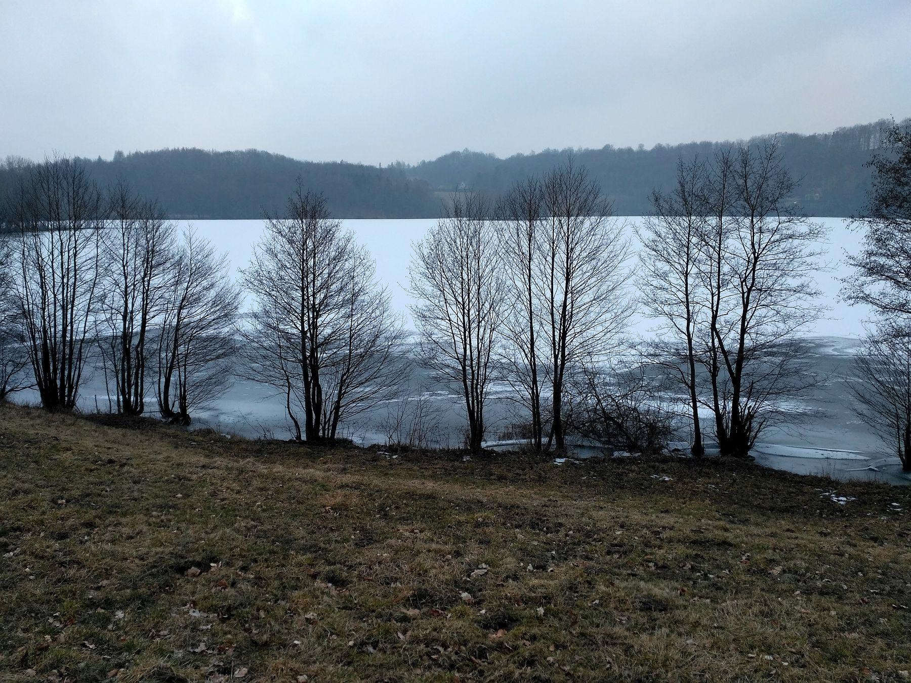 Jezioro Osuszyno skute lodem
