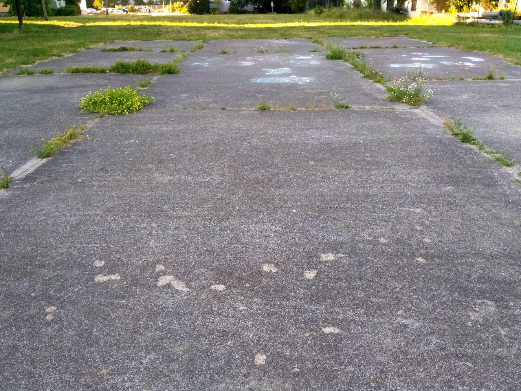 Betonowe boisko przed blokiem
